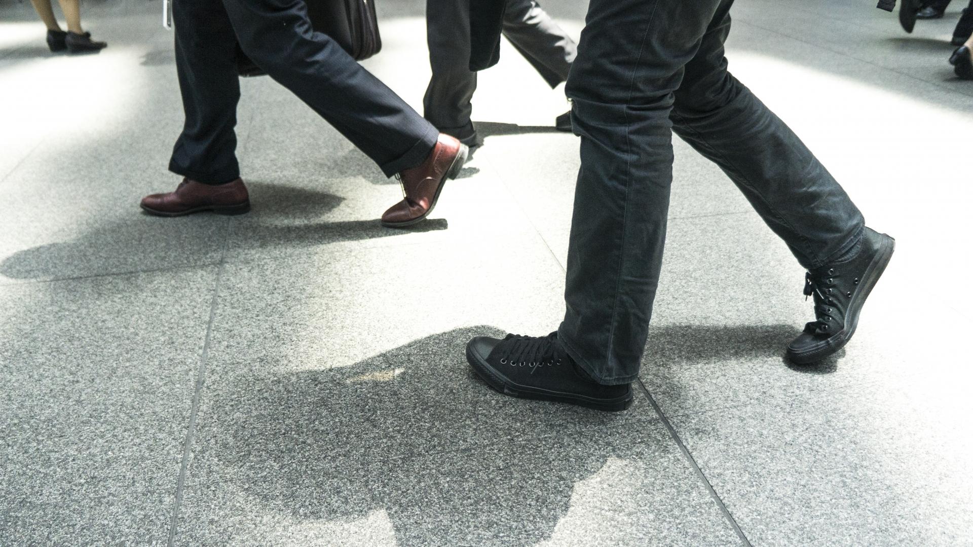 靴ズレするクツに足を合わせる男